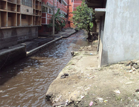 Coke oven effluent mixed with cooling water discharge from Tata steel plant flowing in 9 Number, Bagan area housing block at Jamshedpur town (CSE file photo of 2011)