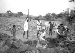 The rural poor labour dig a ra (Credit: Binayak / CSE)
