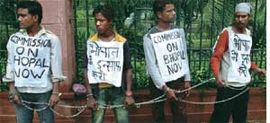 People from Bhopal protest in< (Credit: WWW.BHOPAL.NET)