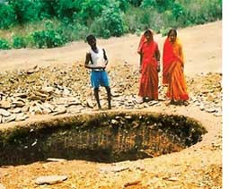 Tribals dig ponds to trap rain (Credit: SEEDS)