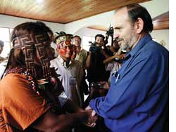 Prime Minister Yehude Simon assures an indigenous leader of restoring land rights (Credit: REUTERS)