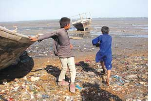 Ragpickers carry on their beachside business: at the dumpsite (Credit: XARI JALIL)