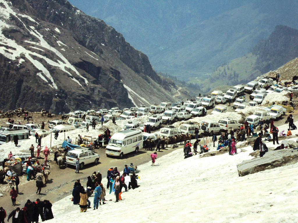 Tourists wait for a ride on Rohtang Pass after the National Green Tribunal limited the number of petrol and diesel vehicles that can ply the eco-sensitive area (Photo: Aman Gupta)