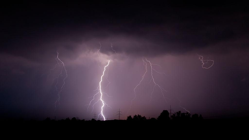 Lightning strokes carry up to 100 million volts of electricity (Photo courtesy: Mathias Krumbholz, CC BY-SA 3.0, via Wikimedia Commons)
