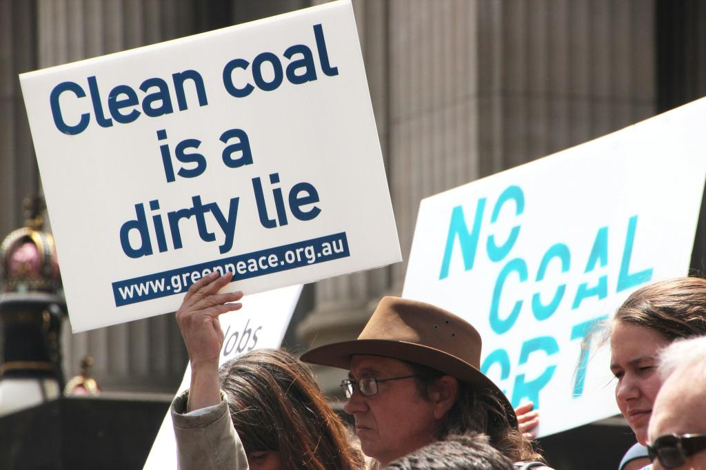 Burning coal is about 18 times worse than burning natural gas in terms of local air pollution. Credit: Takver/Flicker