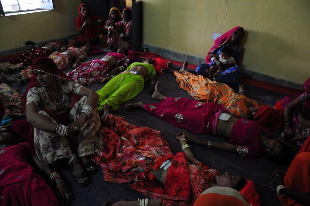 Unconscious women lie on the floor after undergoing sterilisation operation at a community health centre (Sayantoni Palchoudhuri/CSE)
