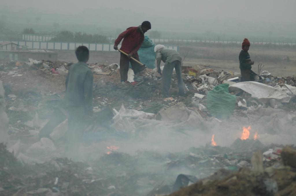Waste burning is one of the factors responsible for a rise in air pollution levels (Photo:  Agnimirh Basu)