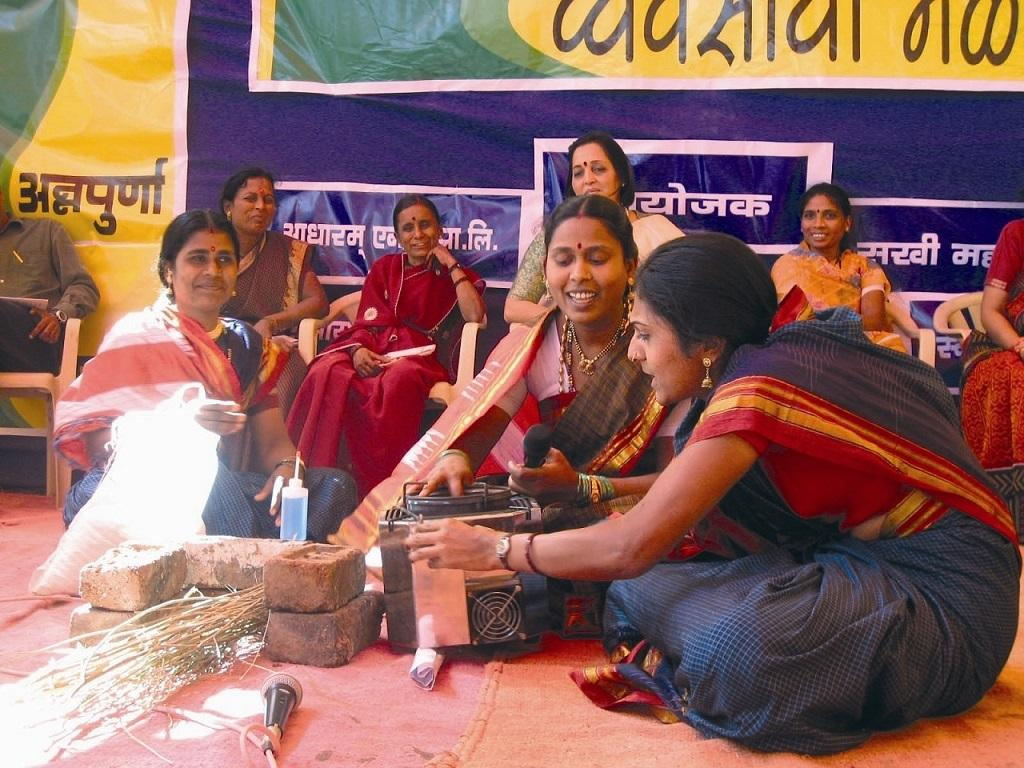 A skit on the benefits of biogas stove compared to the traditional stove. Credit: Swayam Shikshan Prayog
