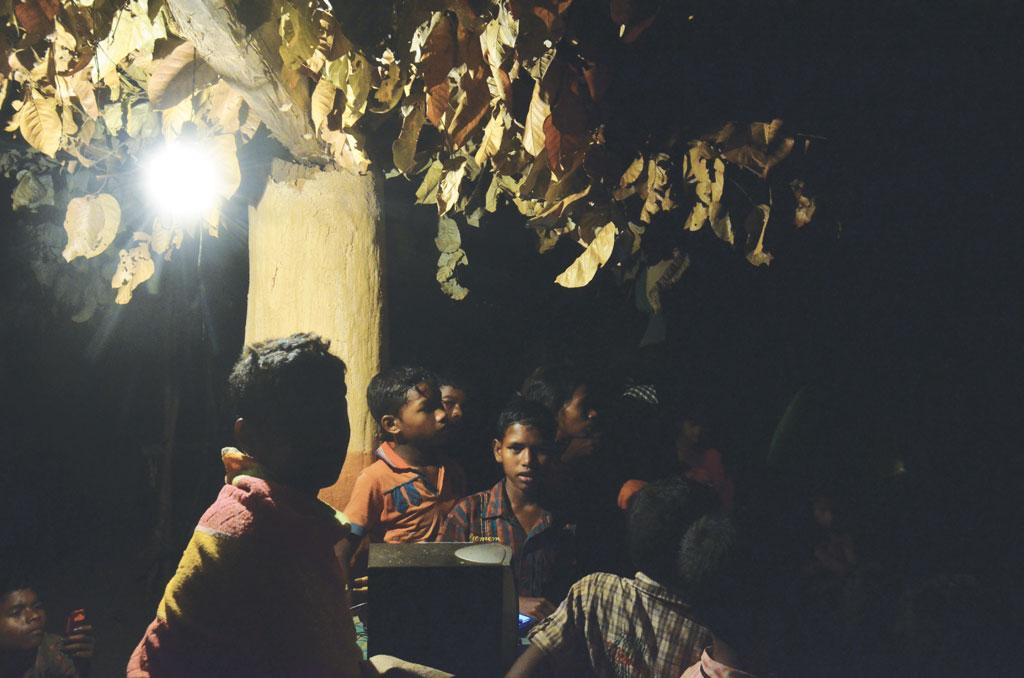 Children living near Derula village assemble under a lamp to read or listen to the radio (Photo: Daniel Neuman)