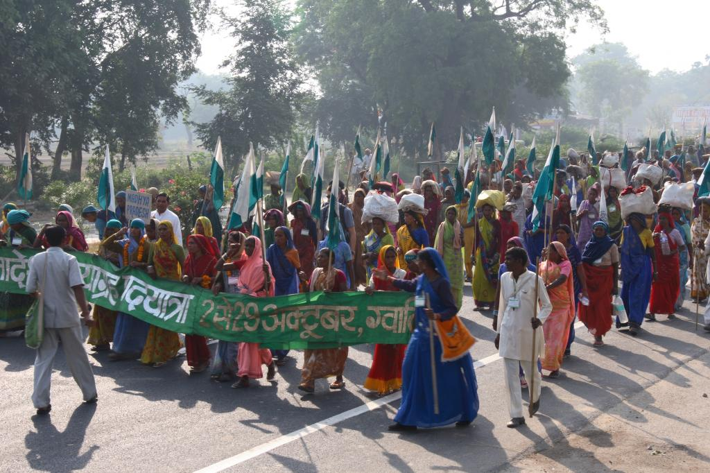 People peacefully protesting for their land rights in Janadesh (2007) (Credit: Samrat Mukharjee/CSE)