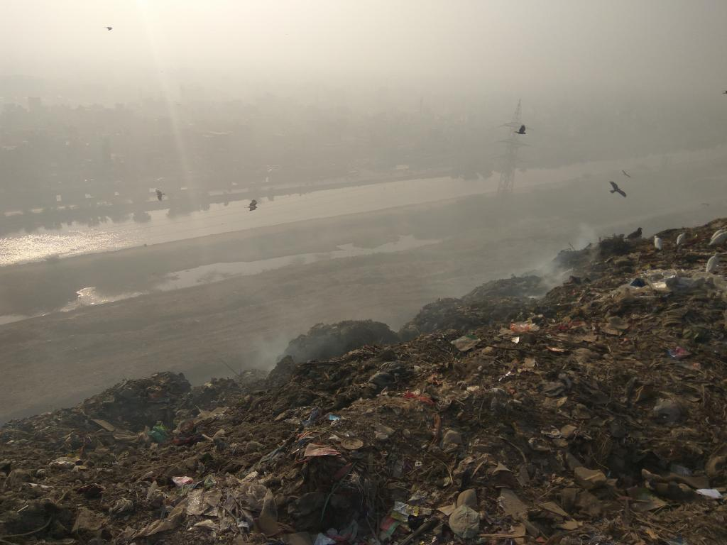 Smoke from the garbage burning at Ghazipur landfill site on December 14, 2016 (Credit: Polash Mukerjee/CSE)