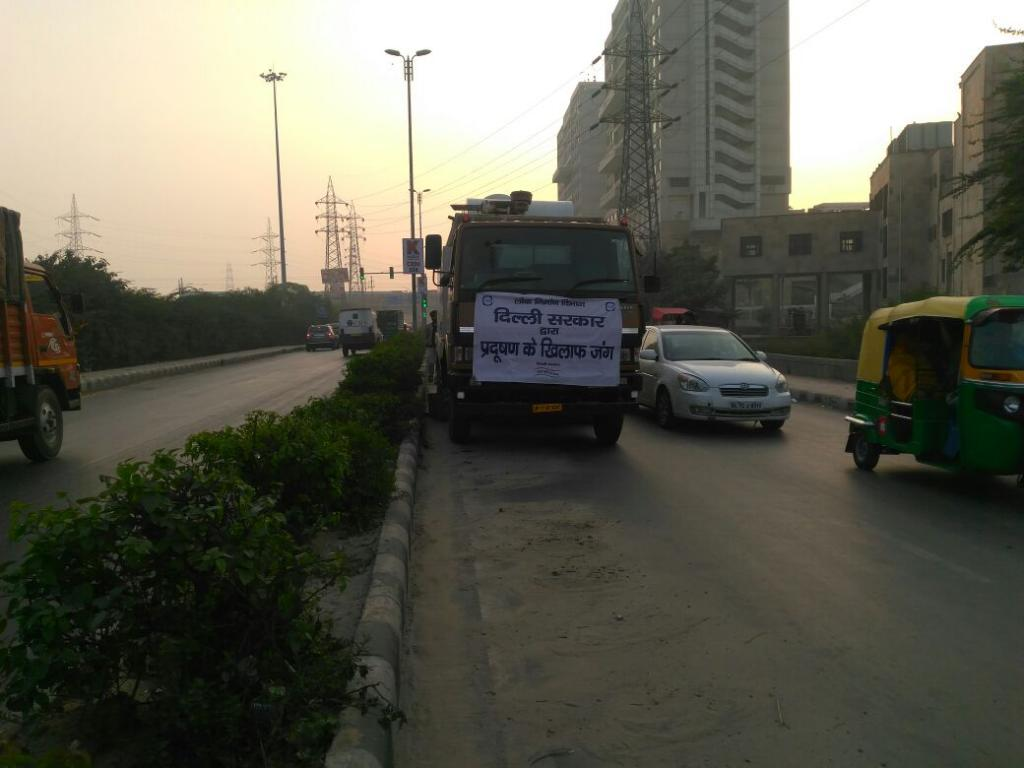 Vacuum cleaning of a road in Delhi's Mayur Vihar (Credit: CSE)