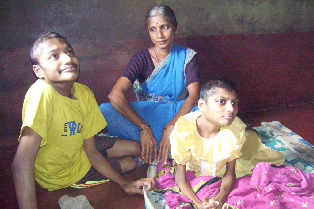 Lalitha Gowda with he children Sharad and Bharathi, victims of endosulfan poisoning. Credit: Aparna Pallavi / CSE