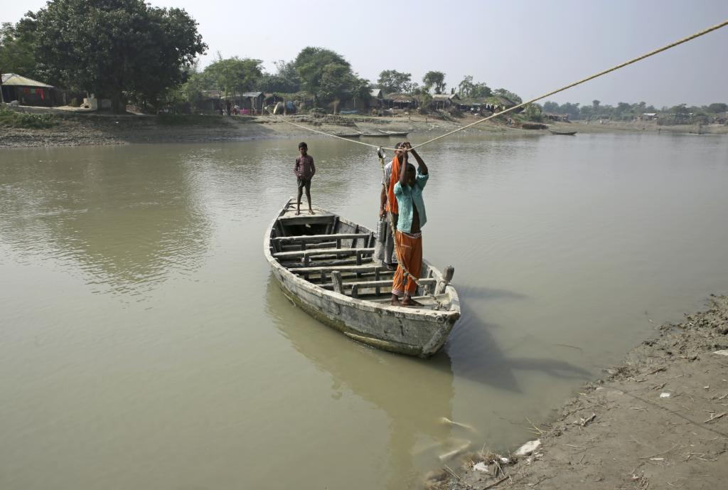 More than 1 million people living within the embankments of the Kosi have to cross the river streams on a boat to go anywhere, be it market, government office, hospital or police station. Credit: Vikas Choudhary