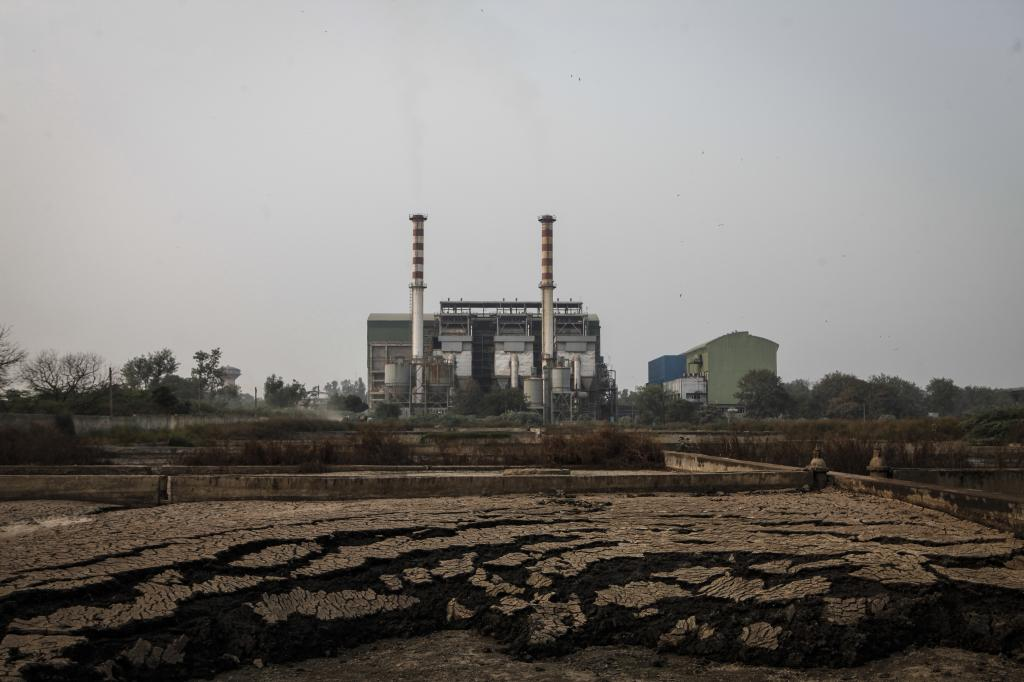 The Okhla waste-to-energy plant, managed by Jindal group, is located close to residential colonies (Credit: Chinky Shukla/CSE)