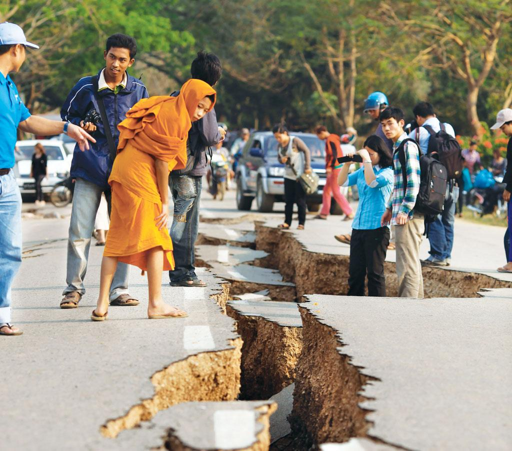 A 6.8 magnitude earthquake left a crack on the road in Tarlay, Myanmar, on March 24, 2011 (Photo: Reuters)