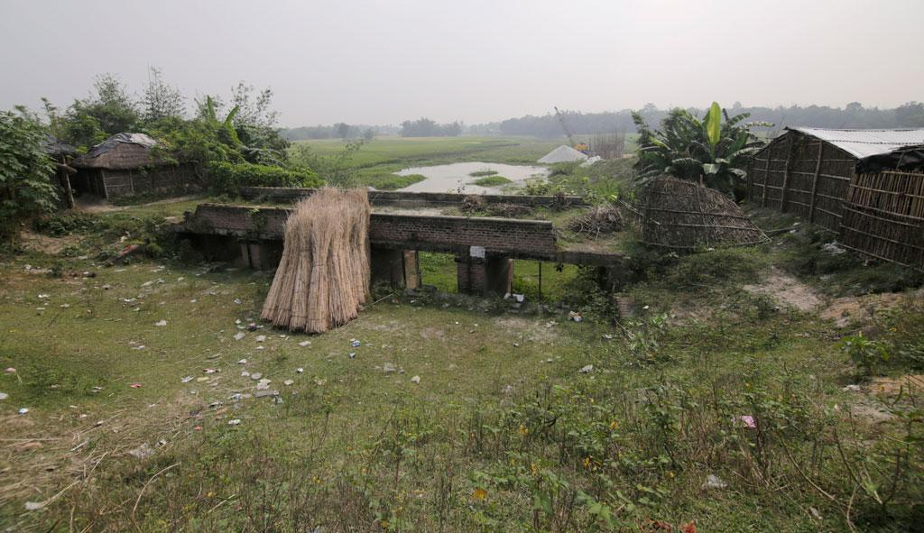 Old eastern embankment with silted-up sluice gate, where the Gajna used to meet the Kosi near Supaul town. (Photo Credit: Vikas Choudhary)