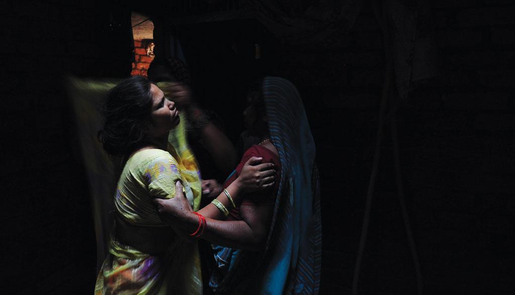 उत्तर प्रदेश के ललितपुर जिले में परिजन की खुदकुशी  के शोक में डूबा परिवार (फोटो: सायंतोनी पालचौधुरी / सीएसई)