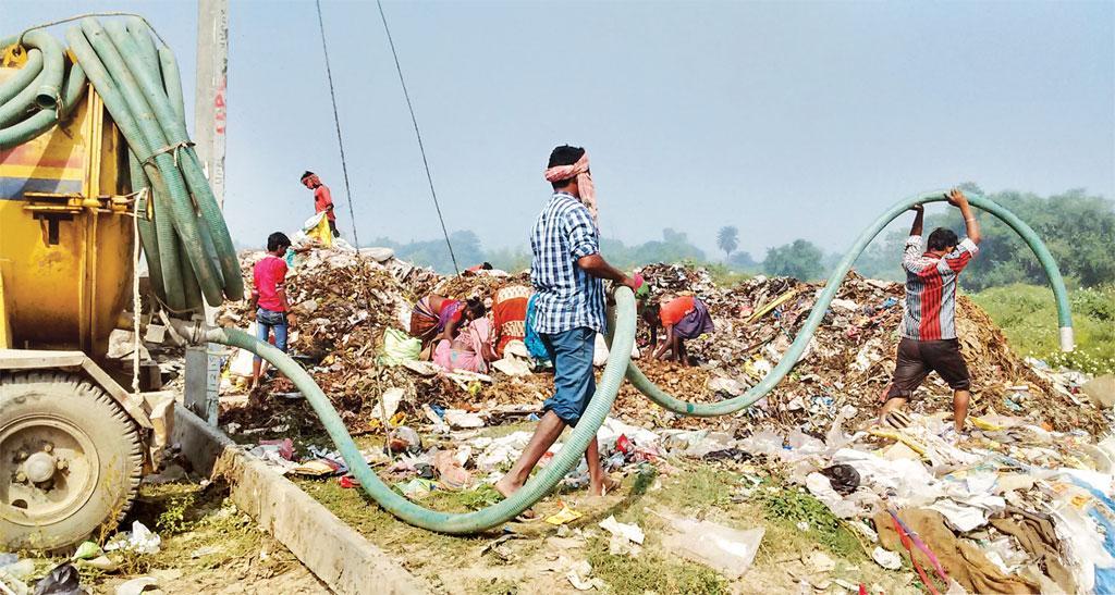 हजारीबाग बिहार के कटिहार शहर में अधिकांश शौचालय सेप्टिक टैंक वाले हैं। नगर पालिका इनसे निकलने वाले मल-मूत्र को एकत्रित कर सीधे कूड़े-कचरे के मैदान में डाल देती है (फोटो: अनिल यादव / सीएसई)