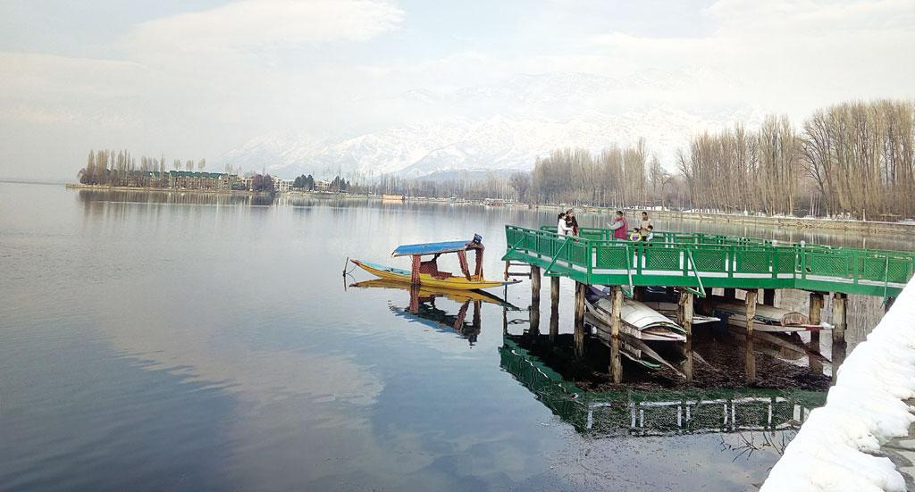 A solitary shikara waits for tourists