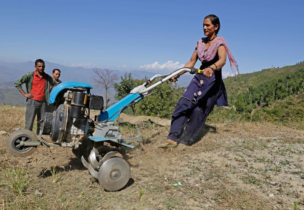 Migration has left many Uttarakhand villages abandoned. A group of women in Gharwal district is working on barren fields and restoring village economy and life (Credit: Vikas Choudhary/CSE)