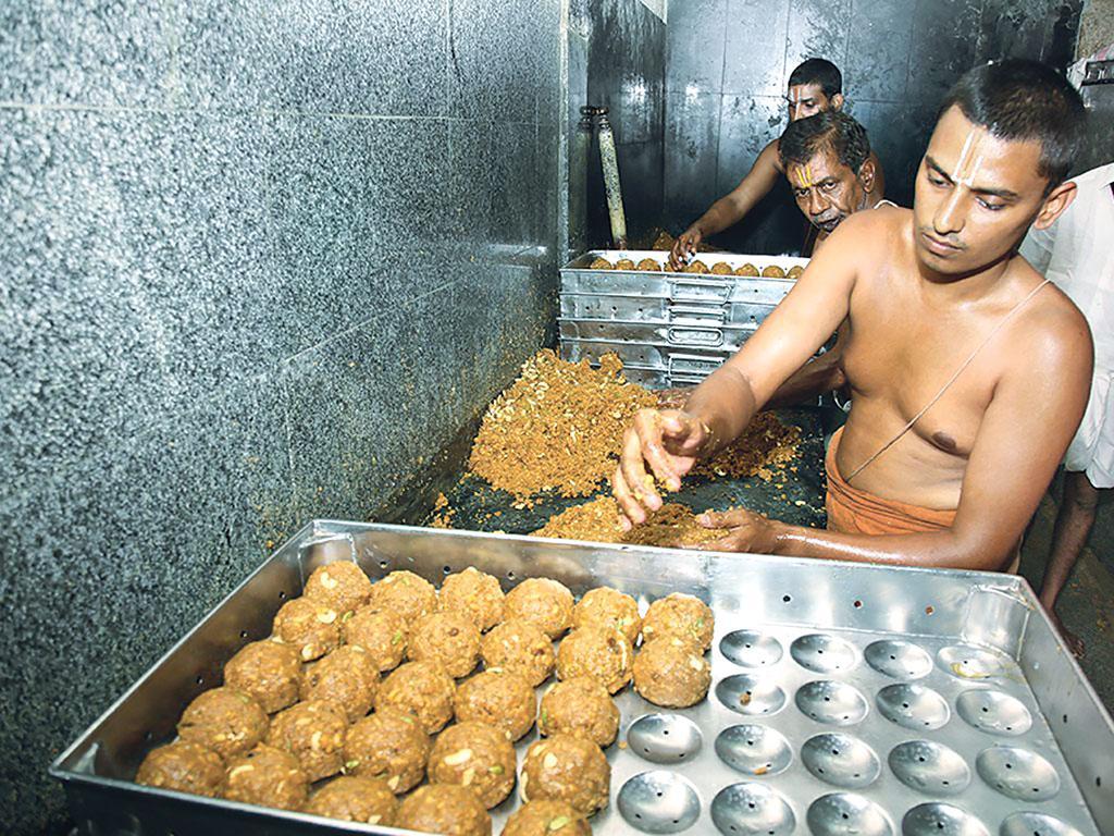 आंध्र प्रदेश के तिरुपति मंदिर में प्रसाद बनाने के दौरान स्वच्छता की अनदेखी को लेकर कई लोग पहले भी शिशिकायत कर चुके हैं  (जय शेखर / तिरुमाला तिरुपति देवस्थानम)