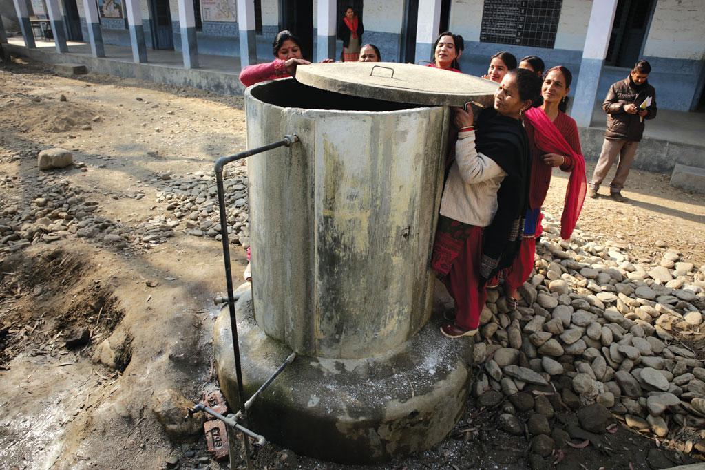 मंडी जिले में एक स्कूल की पानी की टंकी की जांच करतीं महिला मंडल की सदस्य (फोटो: विकास चौधरी)