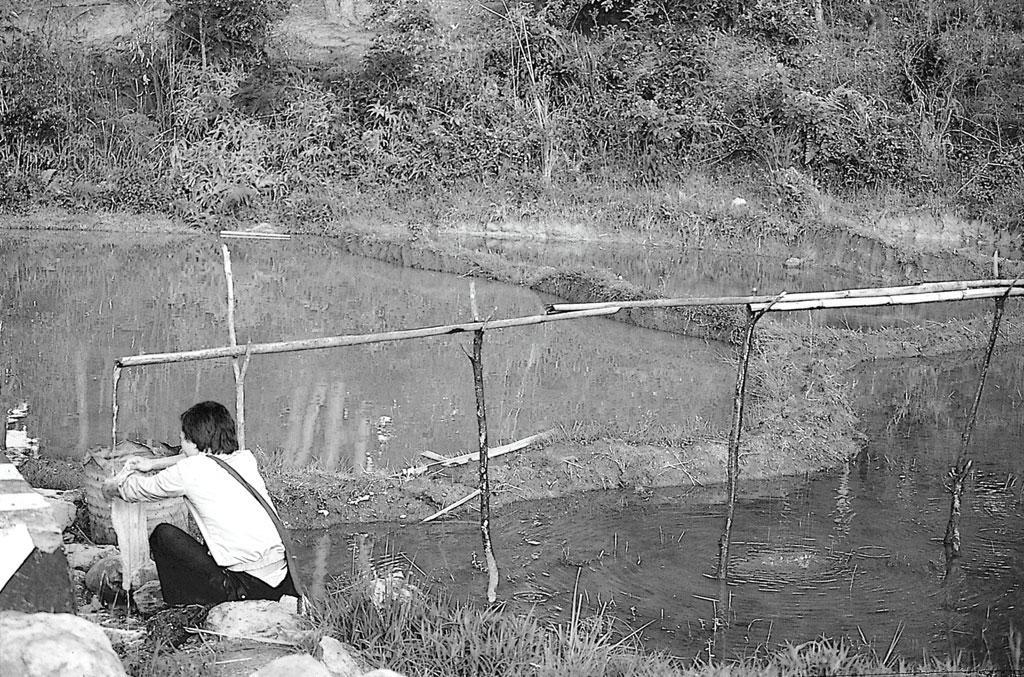 पौधों को सींचने के लिए बांस की नालियों के सहारे सोते और झरनों से पानी लाया जाता है। किक्रुमा में भी यह व्यवस्था है। यह चित्र चेरापूंजी का है, जहाँ एक आदमी बांस की नालियों से आ रहे पानी से कपड़े धो रहा है (अनिल अग्रवाल / सीएसई)