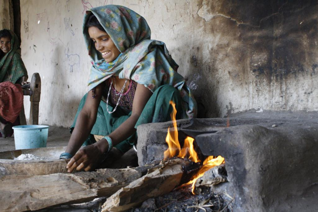 Around 841 million people in India still use firewood, cow dung and other dirty biomass for cooking. Credit: Engineering for change / Flickr