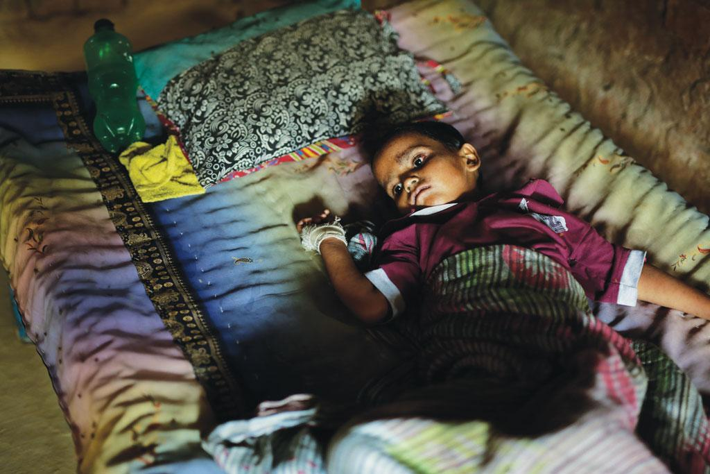 3 मई को उत्तर प्रदेश के जौनपुर जिले के नारायणपुर कन्हौली गांव में हदीसू की छह वर्षीय बेटी टुबा, जिसका खसरे से निधन हो गया (श्रीकांत चौधरी)