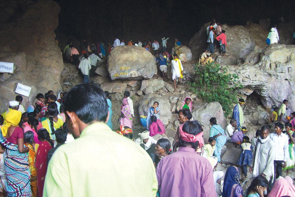 गोंड आदिवासियों की आस्था का केंद्र है  कछारगढ़ गुफा