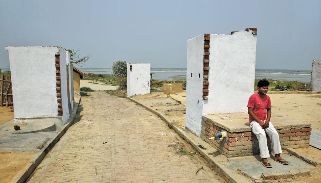 उत्तर प्रदेश में गंगा नदी के पास बसे गांवों में शौचालय का निर्माण प्राथमिकता के आधार पर किया जा रहा है। राज्य के करीब 273 लाख ग्रामीण परिवारों में लगभग 54 प्रतिशत खुले में शौच करते हैं (फोटो: विकास चौधरी / सीएसई)
