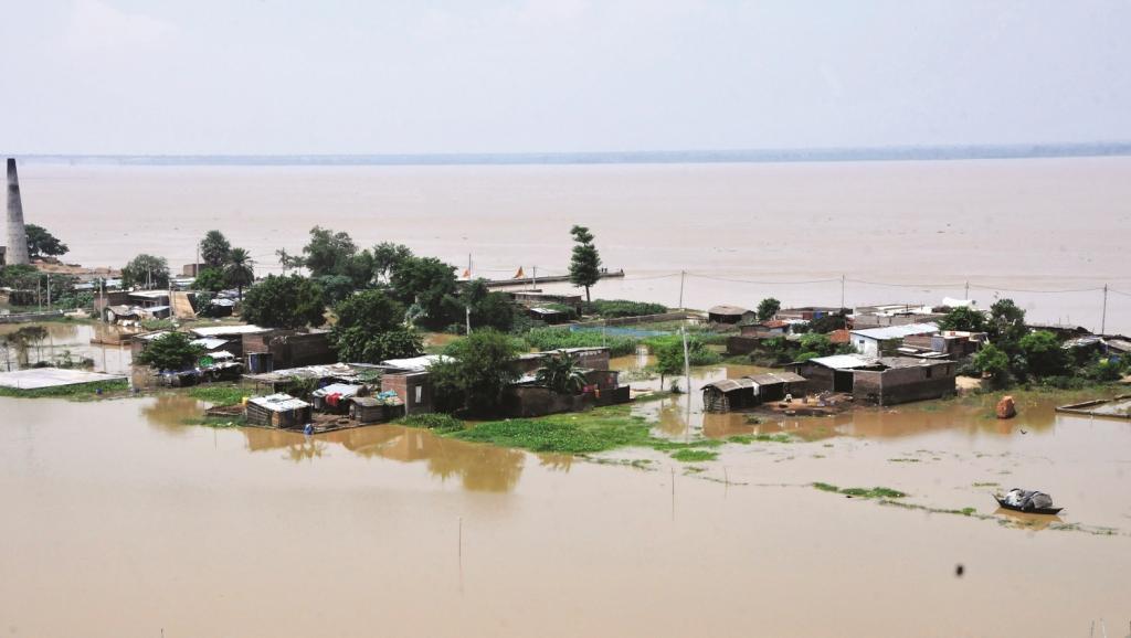 बिहार की राजधानी पटना में कंगन घाट के निकट गंगा का जलस्तर बढ़ने से बाढ़ जैसी स्थिति पैदा हो गई। इससे निकटवर्ती इलाकों में जनजीवन पूरी तरह अस्त-व्यस्त हो गया। फोटो : सचिन कुमार