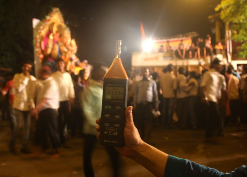 This year, too, the state failed to curb noise levels across Mumbai, especially on the first day of Ganesh Chaturthi immersions. Credit: Wikimedia Commons