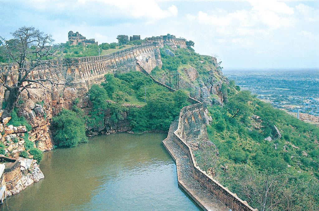 चित्तौड़गढ़ का किला 152 मीटर ऊंचे अंडाकार पर्वत पर बना है। इसी महत्व के कारण इस पर बार-बार हमले हुए। चित्र में गौमुख झरने से बना जलाशय दिखता है (फोटो: गणेश पंगारे / सीएसई)