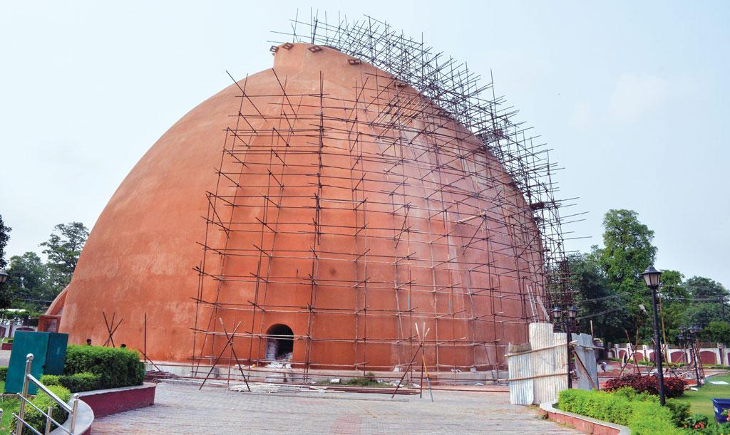 पटना स्थित ऐतिहासिक धरोहर गोलघर की दीवार में दरार आने बाद से जारी है मरम्मत का कार्य  (सचिन कुमार)