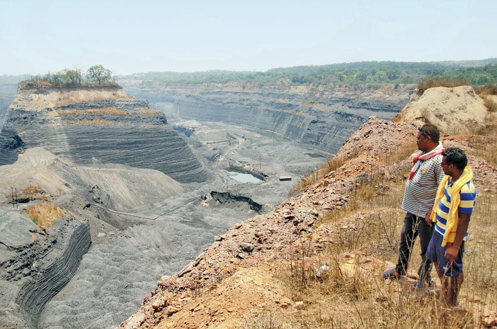 दारलीपाली चारों तरफ से एमसीएल की खदानों से घिरा है। इनसे हर साल 28.35 मिलियन टन कोयले का उत्पादन होता है। ओडिसा के कुल उत्पादन का एक तिहाई कोयला महानदी बेसिन में ही है। अस्सी के दशक में एमसीएल ने दारलीपाली गांव में खुदाई शुरू की थी। इसके बाद ग्रामीणों का
