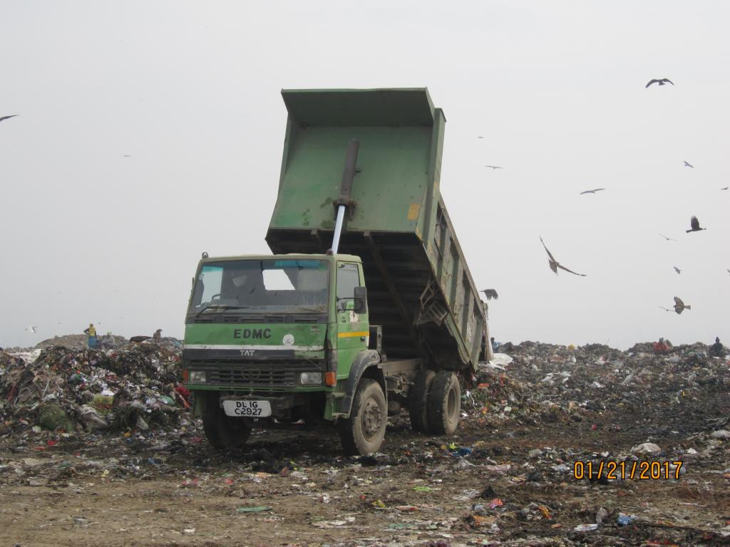 The East Delhi Municipal Corporation dumps over 2,000 tonnes of mixed garbage at Ghazipur every day (Credit: Richa Agarwal/CSE)