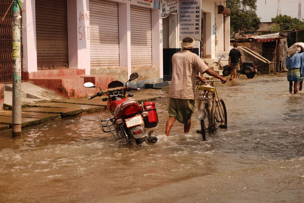 The overflowing water inundated areas in NTPC Township and civil areas. Credit: Agnimirh Basu / CSE