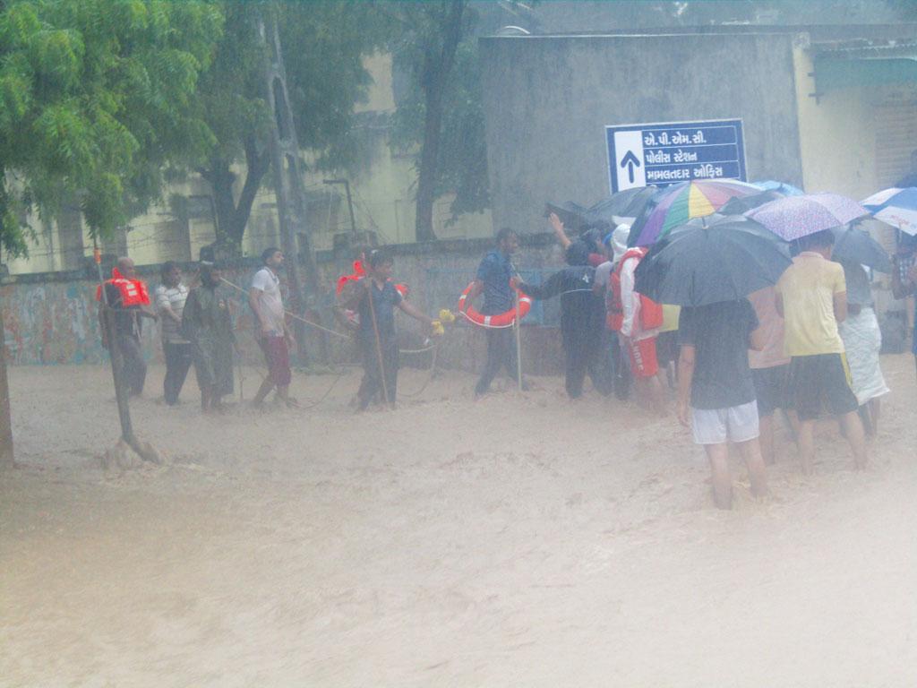 गुजरात में अप्रत्याशित बरसात हुई है। राज्य के 619 बांधों में से एक के पास ही सिर्फ आपातकालीन एक्शन प्लान है (एनडीआरएफ)