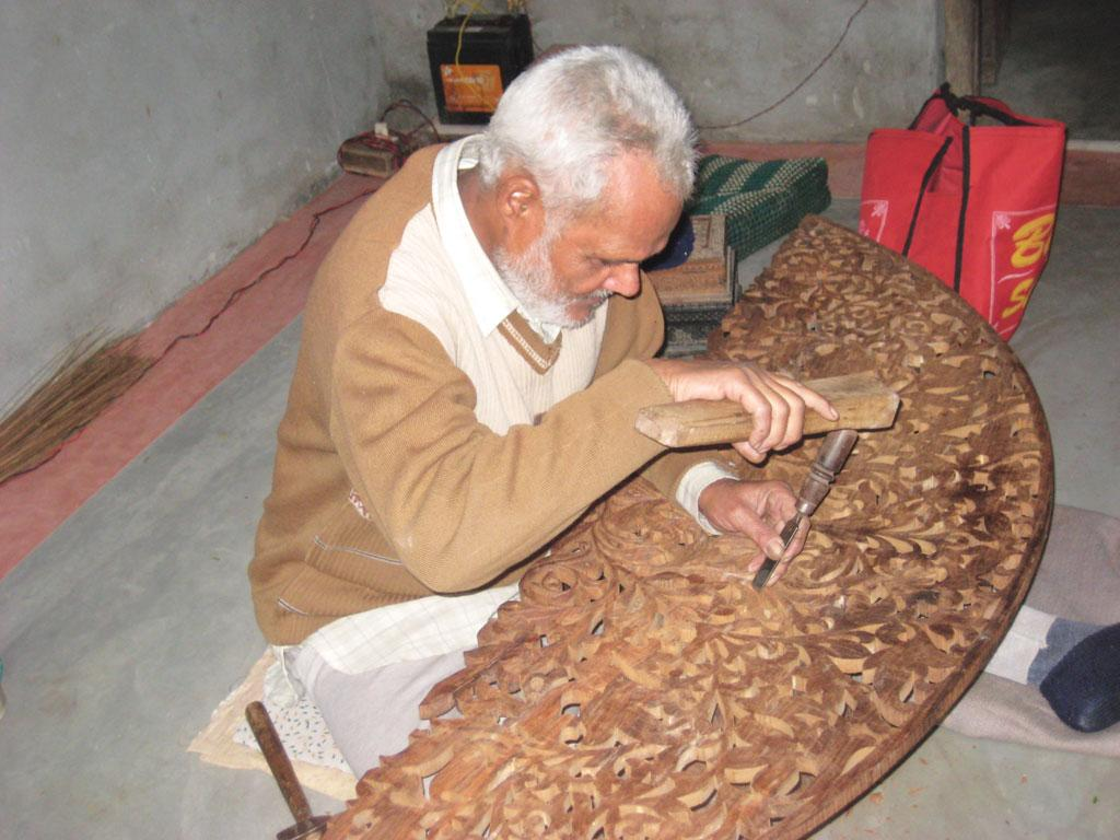 Artisans prefer sheesham or North Indian Rosewood, for carved wood work because of its fine finish (Courtesy: twoworldsmeet.wordpress.com)