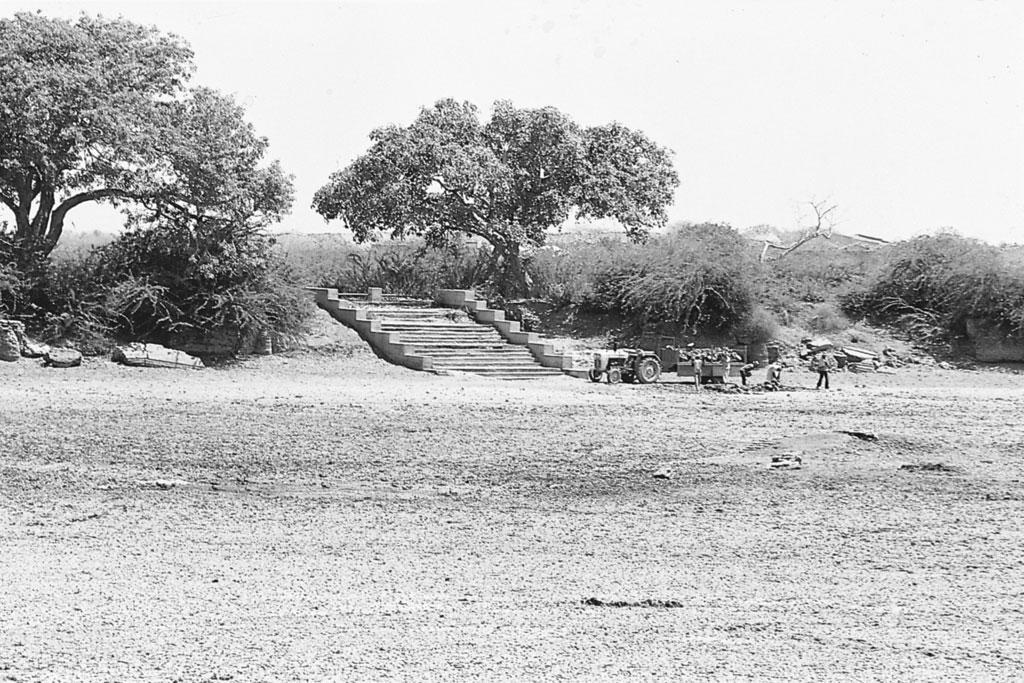 काठियावाड़ प्रायद्वीप के निचले जिलों में भूजल खारा है। सो यहां के लोगों ने हर गांव में जलाशय बनाए हैं। गर्मियों में जब यह सूख जाता है तो इसकी तलहटी में बने कुओं से पानी लिया जाता है।