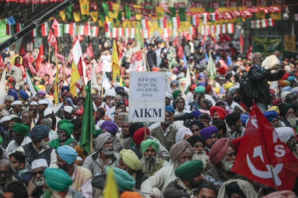 Thousands of farmers gathered at Sansad Marg to participate in Kisan Mukti Sansad, a mock Parliament. Credit: Vikas Choudhary/CSE