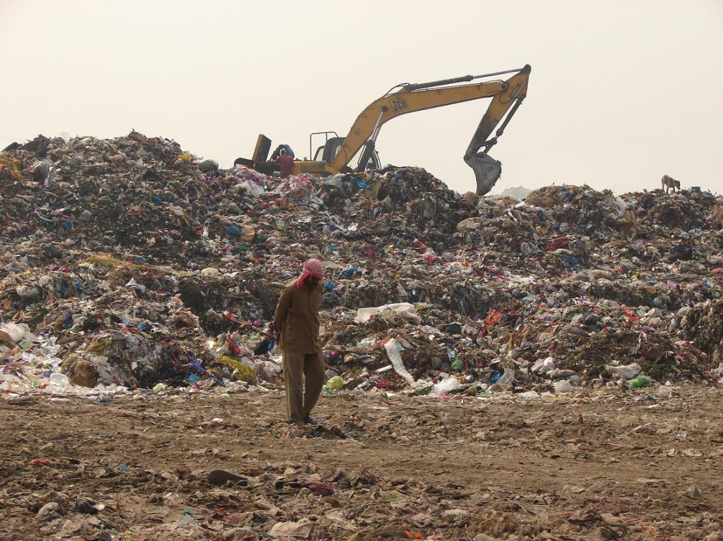 Currently, 4,600 tonnes per day of solid waste is disposed in three dumping sites of Delhi—Okhla, Bhalswa and Ghazipur. Credit: Sadia Sohail / CSE