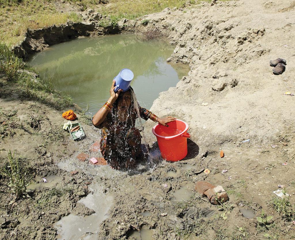 महिलाओं के पास कोई विकल्प नहीं होता, इसलिए उन्हें नजदीकी तालाब, कुएं, नलकूपों और नदियों में पूरे कपड़े पहनकर नहाना पड़ता है (विकास चौधरी)