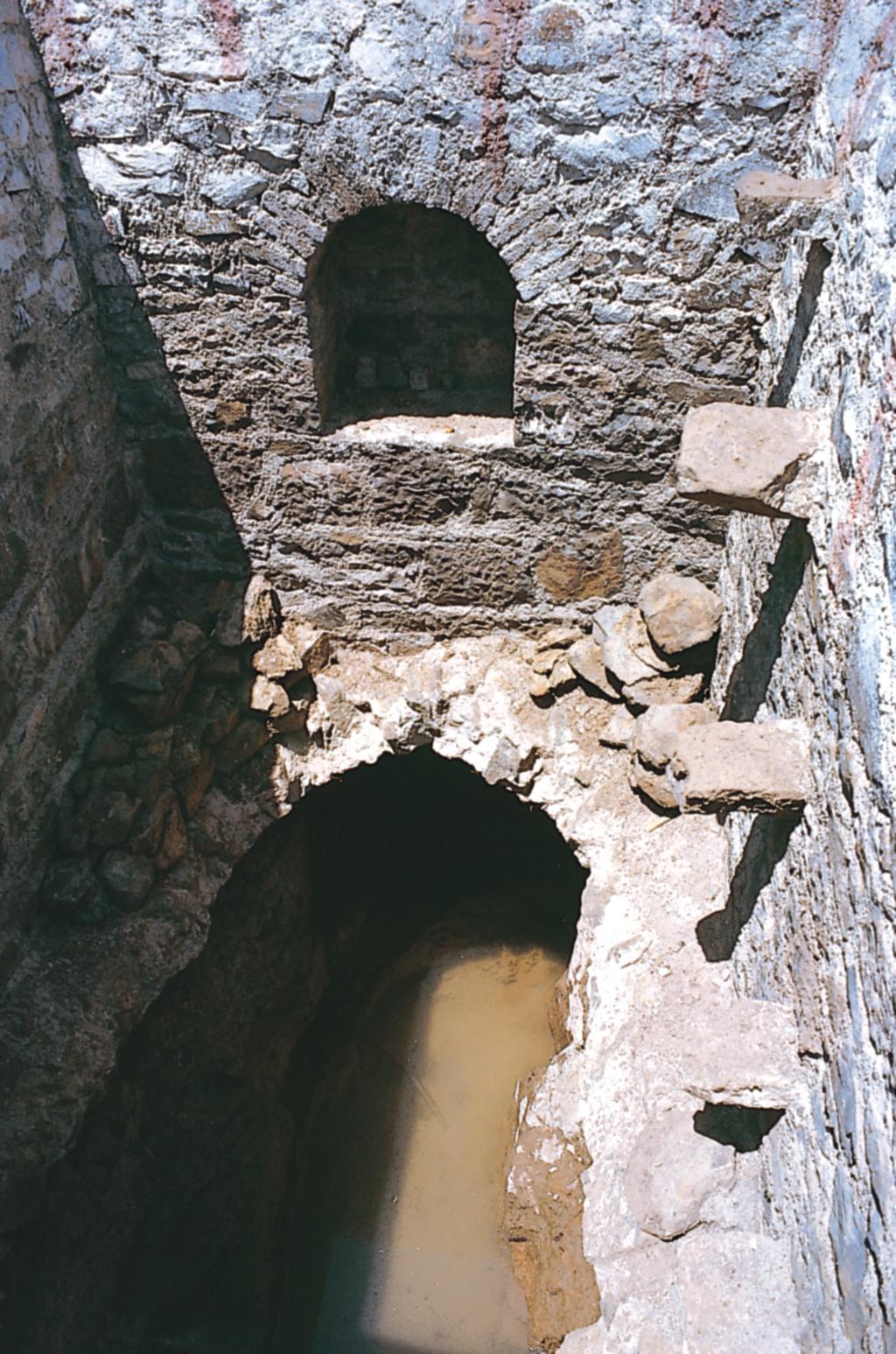तोरवी के नीचे से एक भूमिगत जल मार्ग गुजरता था, जो 1.6 किमी. लंबा था और अफजलपुर जलाशय तक पहुंचकर खत्म होता था (फोटो: सुशीला नैयर / सीएसई)