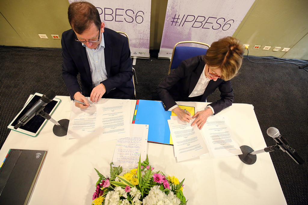 The IPBES and GBIF sign the MoU at Medellin, Columbia.