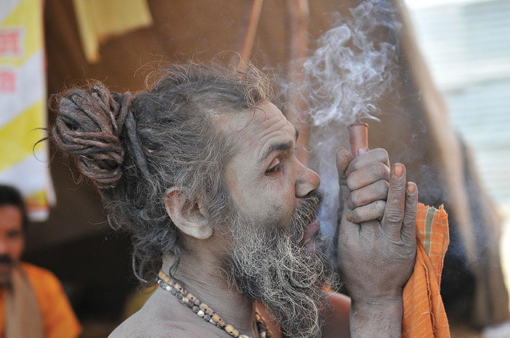 इलाहाबाद में पिछले कुंभ मेले के दौरान गांजा पीता एक साधु (मीता अहलावत / सीएसई)