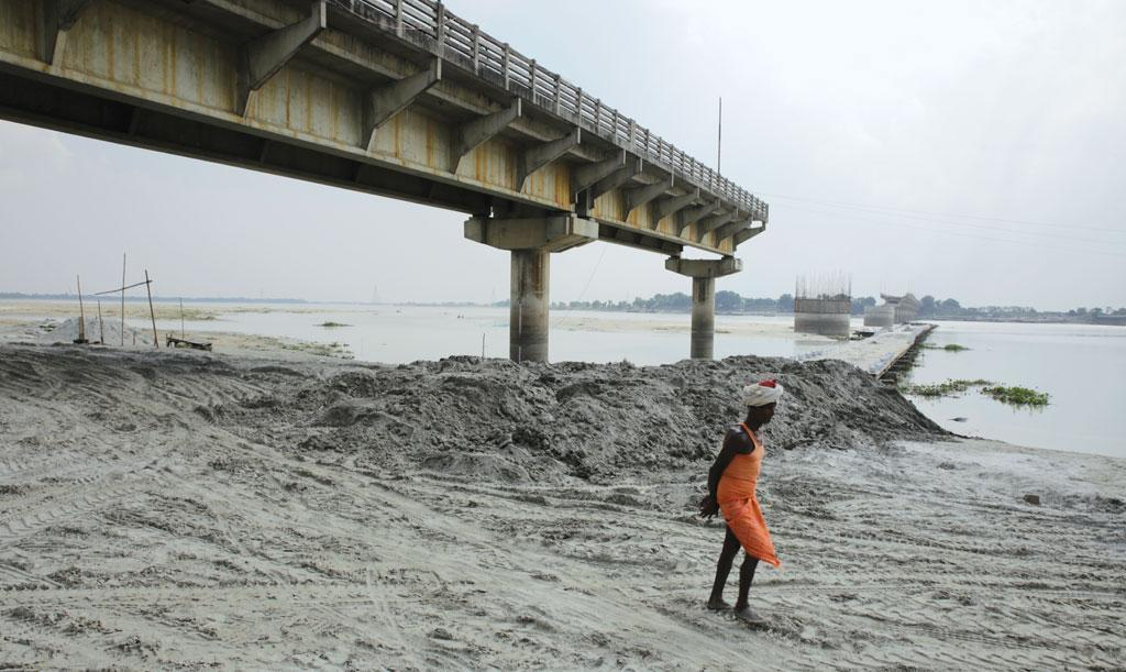 As silt causes the level of riverbed to rise, the straight course of the river is disturbed. Therefore the river searches for a lateral path (left or right), changing its course and breaching embankments on the new path. Credit: Vikas Choudhary / DTE