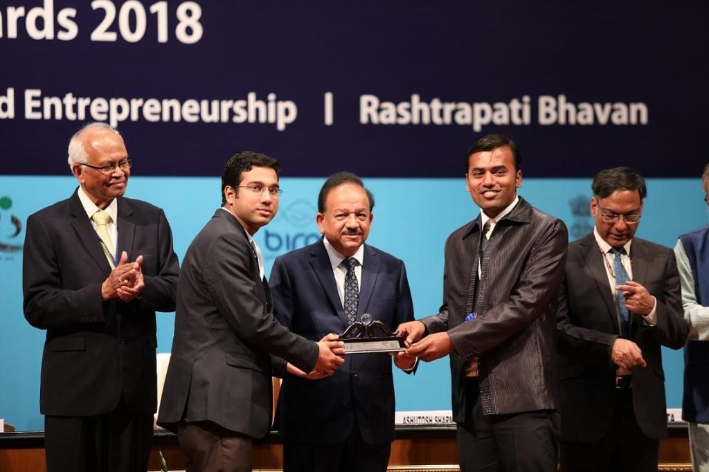 Researchers from IIT-Kharagpur receiving Swachh Bharat award from Union Science & Technology Minister Harsh Vardhan. Credit: IIT-Kharagpur